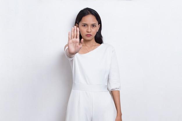 Piękna młoda kobieta z otwartą dłonią robi znak stop z poważnym gestem obrony wyrazu