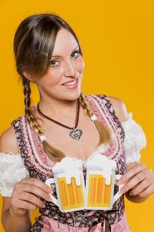 Piękna młoda kobieta z papierowymi kubkami
