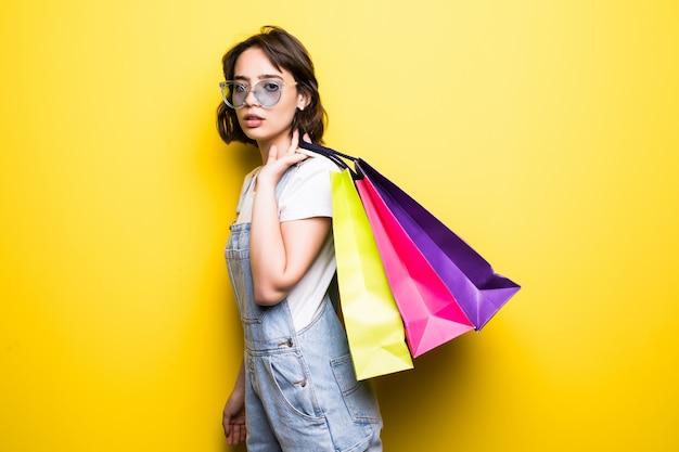 Piękna młoda kobieta z papierowymi torbami