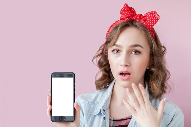Piękna młoda kobieta z pin up makijaż i fryzurę z telefonu komórkowego