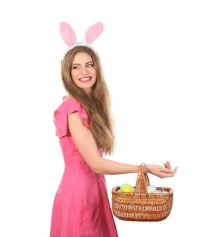 Piękna młoda kobieta z pisanki i uszy królika na białym tle