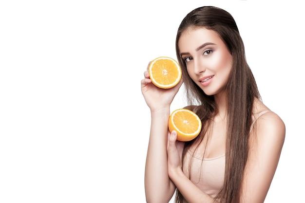 Piękna młoda kobieta z pomarańczy na białym tle. zdrowe jedzenie