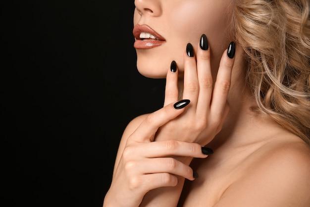 Piękna młoda kobieta z profesjonalnym manicure