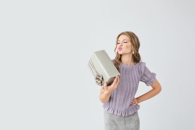 Piękna młoda kobieta z pudełkiem na prezent