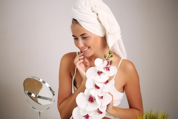 Piękna młoda kobieta z ręcznikiem na głowie