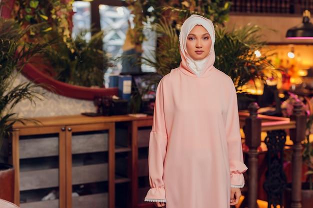 Piękna młoda kobieta z różowym hidżabem.