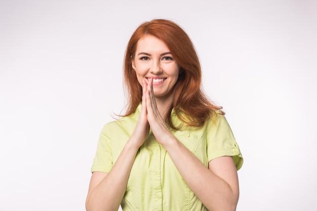 Piękna młoda kobieta z rude włosy na białym tle