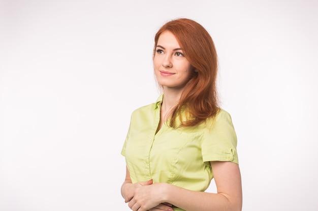 Piękna młoda kobieta z rude włosy na białym tle.