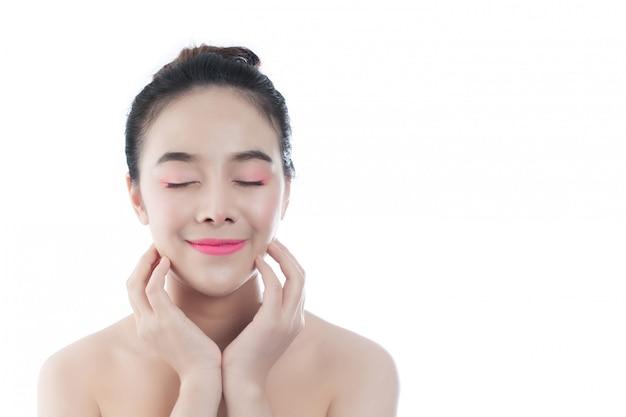 Piękna młoda kobieta z szczęśliwym uśmiechem wyrazy twarzy i gesty ręcznie, koncepcje piękna i spa