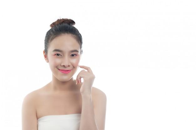 Piękna młoda kobieta z szczęśliwym uśmiechem wyrazy twarzy i gesty ręką