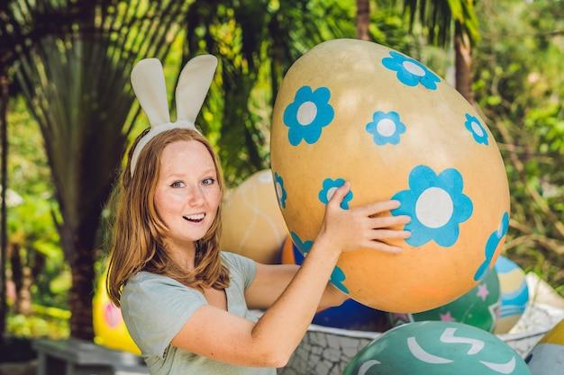 Piękna młoda kobieta z uszami królika