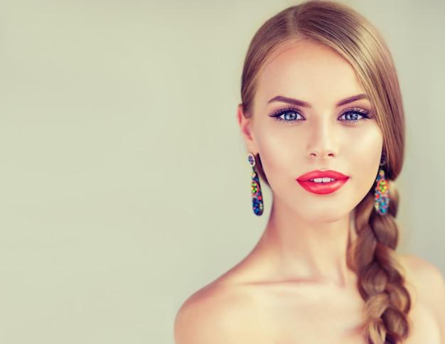 Piękna młoda kobieta z warkoczem i czerwonymi wargami