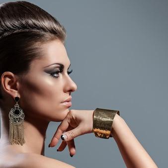 Piękna młoda kobieta z wieczór makijażem