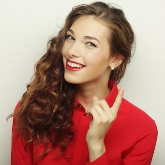 Piękna młoda kobieta zaskoczona. strzał studio.