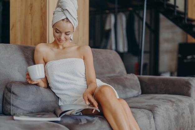 Piękna młoda kobieta zawinięta w ręcznik