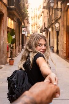 Piękna młoda kobieta zwiedzanie