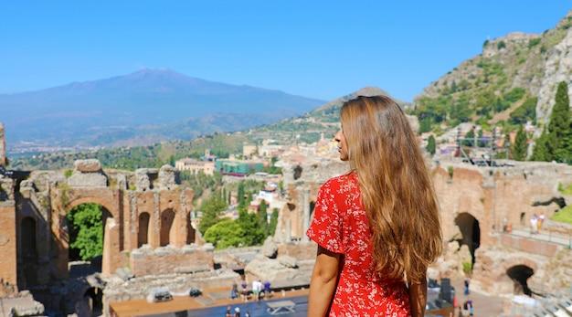 Piękna młoda modelka w ruinach starożytnego greckiego t