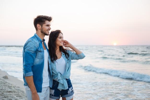 Piękna młoda para stojąca na plaży