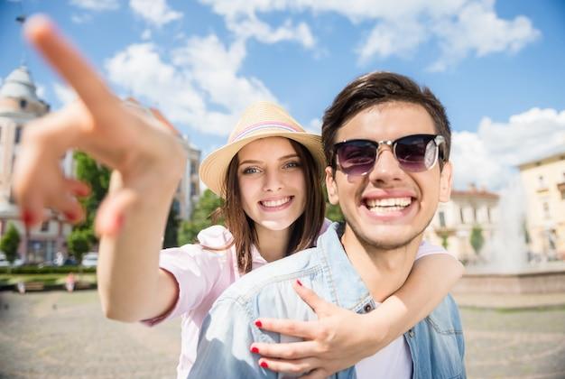 Piękna młoda para zabawy razem w słoneczny dzień.