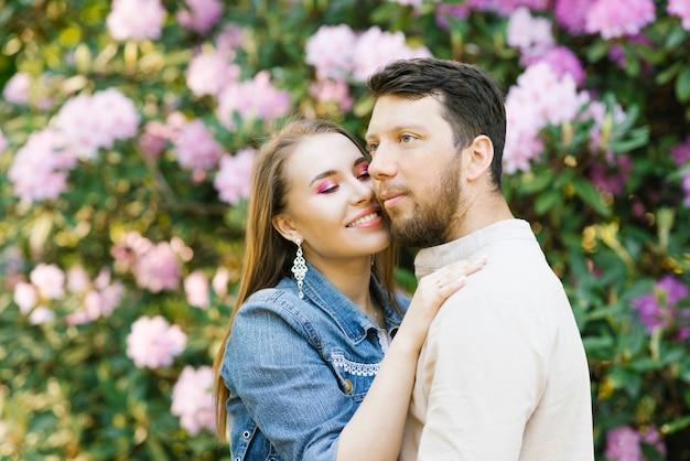 Piękna młoda para zakochanych mąż i żona przytulają się