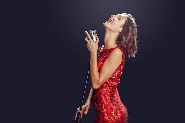 Piękna młoda piosenkarka