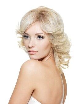 Piękna młoda pogodna twarz kobiety, na białym tle