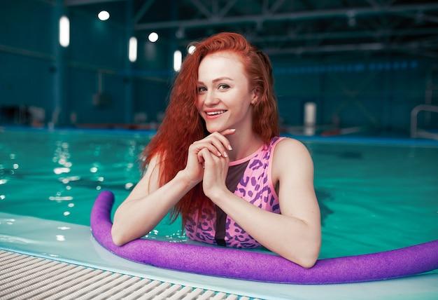 Piękna młoda rudowłosa dziewczyna w modnym stroju kąpielowym
