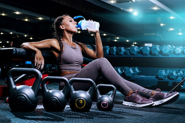 Piękna młoda sportsmenka na siłowni