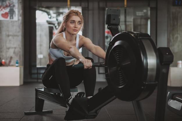 Piękna młoda sprawności fizycznej kobieta pracująca przy gym out