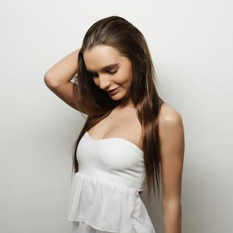 Piękna młoda szczęśliwa kobieta. strzał studio.