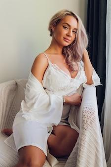 Piękna młoda szczupła kobieta model z pięknem i zdrowiem.