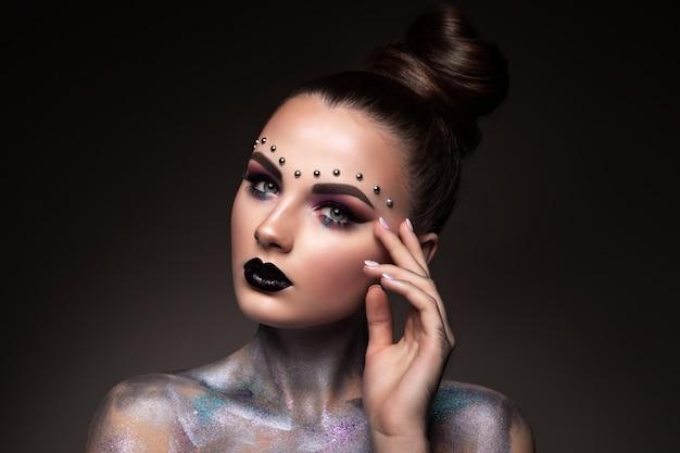 Piękna młoda twarz kobiety. kolorowy makijaż