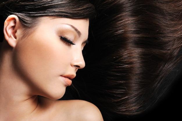 Piękna młoda twarz kobiety z długimi pięknymi włosami
