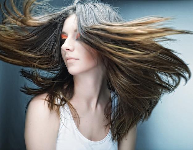 Piękna młoda twarz kobiety z jasny makijaż wielobarwny moda