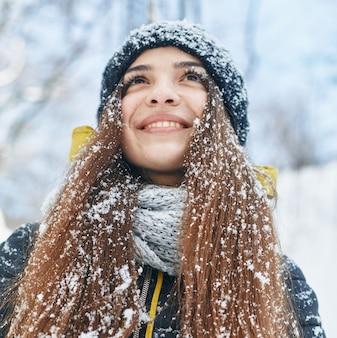 Piękna młoda uśmiechnięta kobieta na zewnątrz w zimie