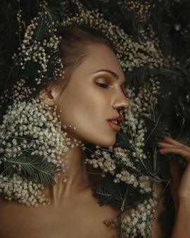 Piękna modelka głęboko emocjonalnie pozuje w ciemnym studio