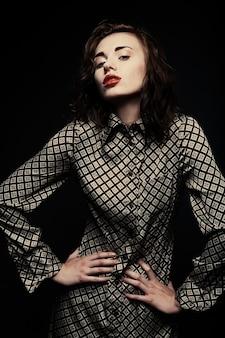 Piękna modelka na czarnym tle
