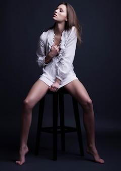 Piękna modelka na sobie białą seksowną koszulę