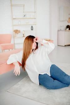Piękna modelka plus size ubrana w białą koszulę pozowanie