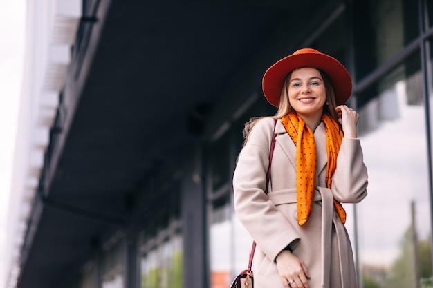 Piękna modelka w kapeluszu. stylowa śliczna dziewczyna w modnych ubraniach.