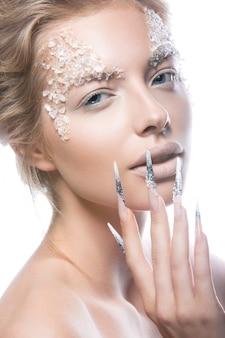 Piękna modelka z długimi paznokciami, kreatywnym makijażem i manicure.