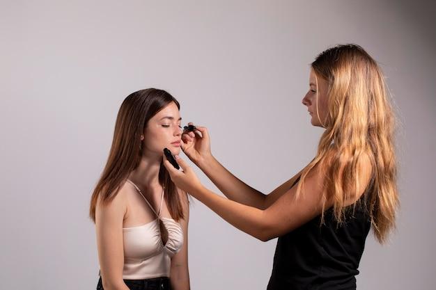 Piękna modelka z naturalnym makijażem wykonanym przez profesjonalną artystkę
