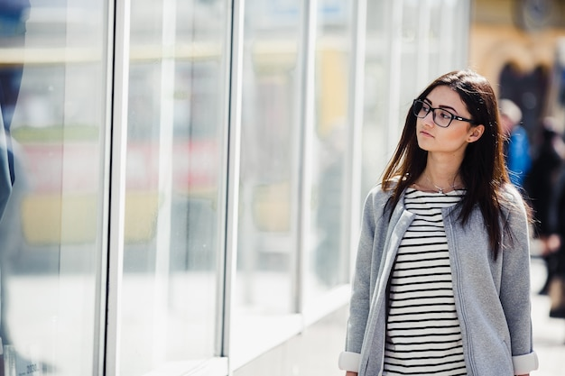 Piękna modelka ze sklepami z okularami