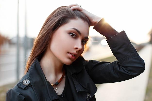 Piękna modna dziewczyna prostuje włosy