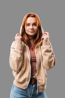 Piękna modna kobieta jest ubranym bluza z kapturem