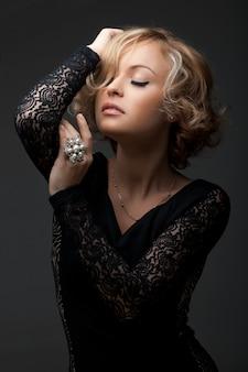 Piękna mody kobieta z perełkowym pierścionkiem