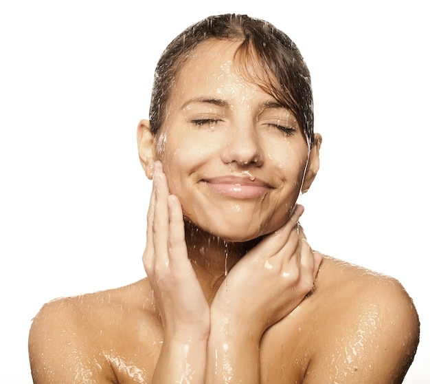 Piękna mokra kobieta z wodą