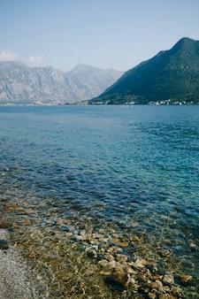 Piękna morska plaża w zatoce kotor w czarnogórze w pobliżu miasta perast