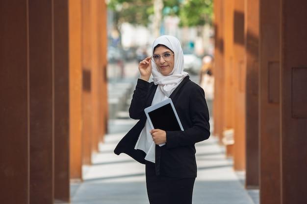 Piękna muzułmanka odnosząca sukcesy bizneswoman na zewnątrz