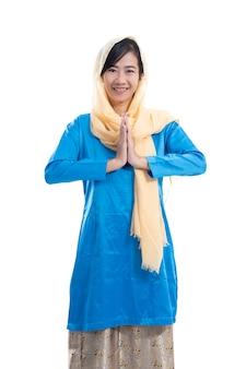 Piękna muzułmańska azjatycka kobieta pozdrowienie tradtional gest na białym tle